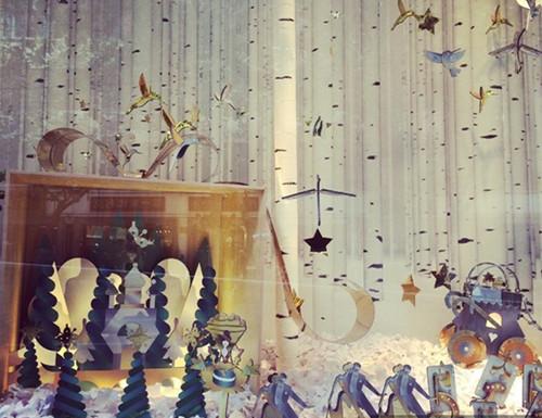 """此次橱窗设计以""""魔法圣诞"""" 为主题,呈现了一个冬日森林为灵感的童话"""